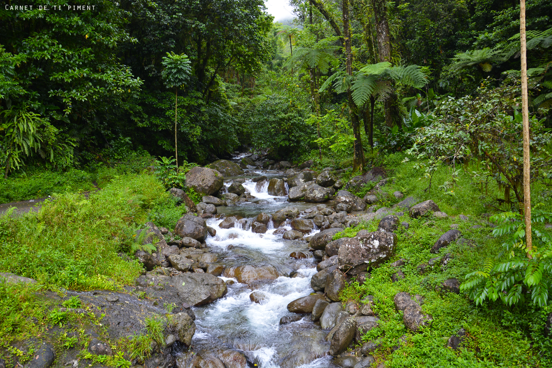 cascade-sur-la-route-emeraude